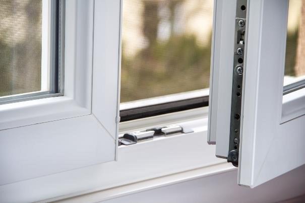 Przez okna uciekać może nawet do 25 proc. wytwarzanego w mieszkaniu ciepła /123RF/PICSEL