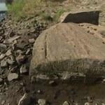 """Przez suszę opadła rzeka. Woda na nowo odkryła """"kamienie głodu"""""""