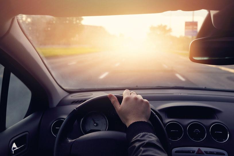 Przez sześć lat użytkowania samochodu amerykański kierowca zjada w nim średnio 288 posiłków i śpiewa 482 piosenki /123RF/PICSEL