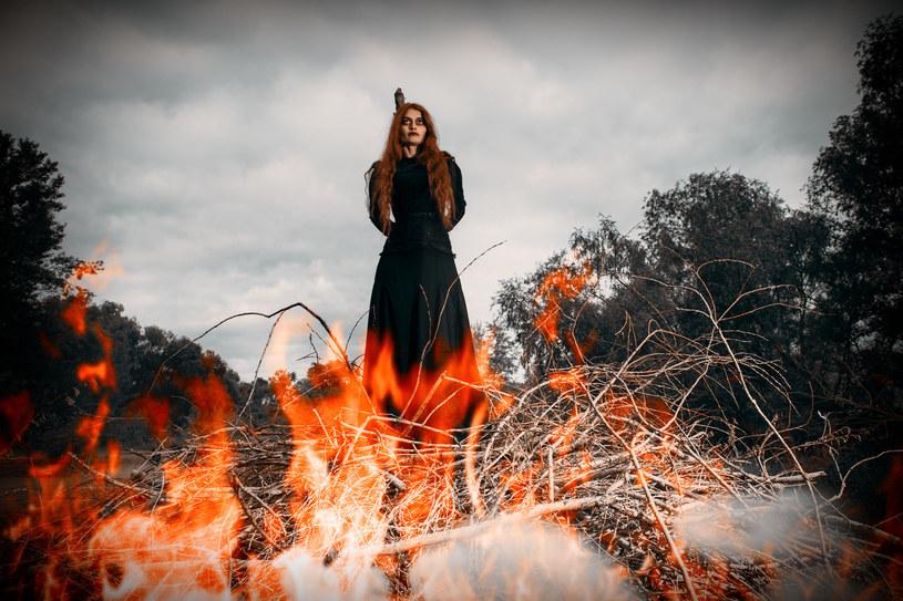 Przez wieki kobiety oskarżane o czary (i niezależne myślenie) torturowano i palono na stosie /123RF/PICSEL
