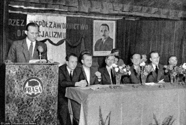 """""""Przez wspolzawodnictwo do socjalizmu"""". Warszawa, 1955. Masówka w zakładach RSW Prasa /Laski Diffusion /East News"""