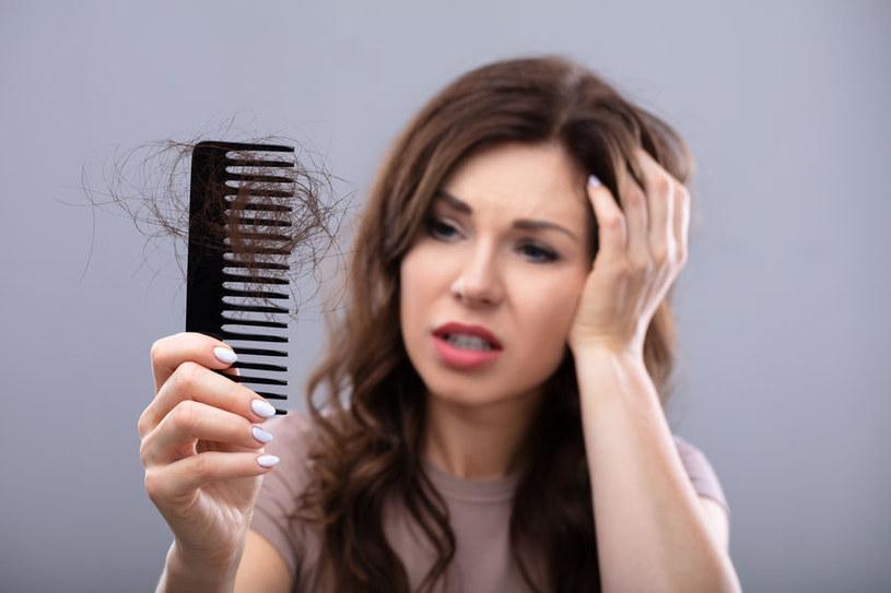 Przeziębienie włosów może skutkować ich nadmiernym wypadaniem /123RF/PICSEL