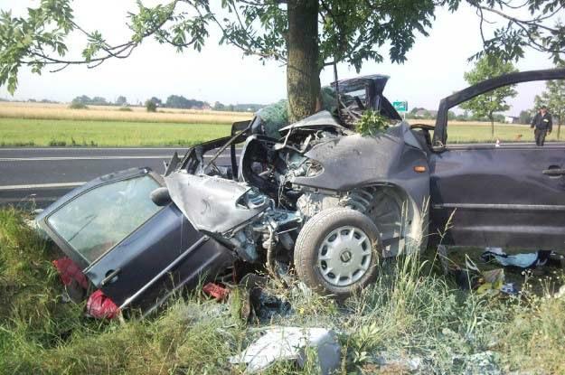 Przód auta został doszczętnie zniszczony /