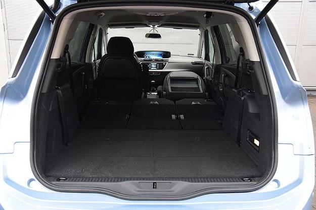 Przy 5 osobach bagażnik ma 645 l. Po złożeniu fotela pasażera z przodu można przewieźć przedmioty o długości niemal 3 m. /Motor
