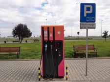 Przy autostradach powstanie 28 stacji ładowania aut