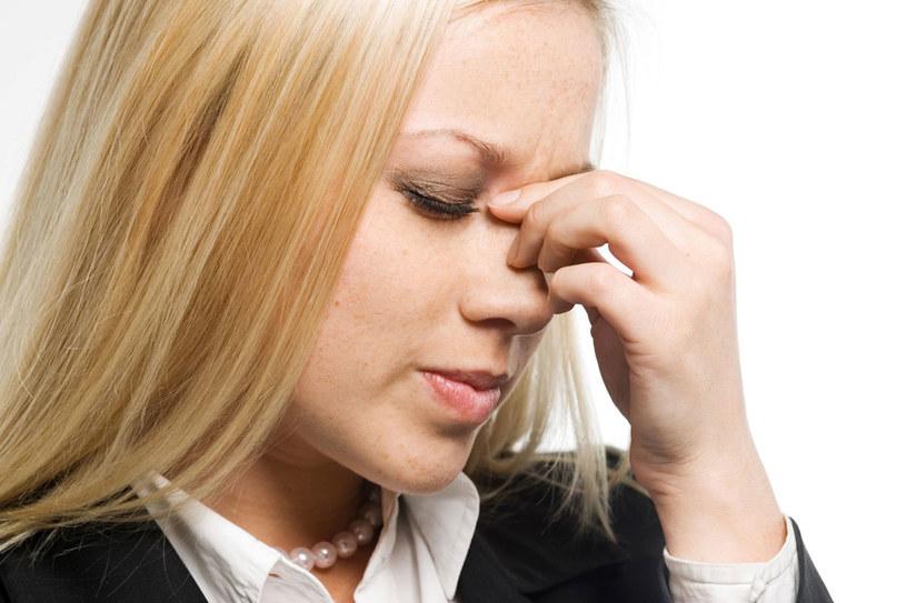 Przy bólu głowy nieświa domie napinamy mięśnie karku i ramion. Rozluźniający masaż tych okolic ma dobroczynny wpływ na na czynia krwionośne głowy. /123RF/PICSEL
