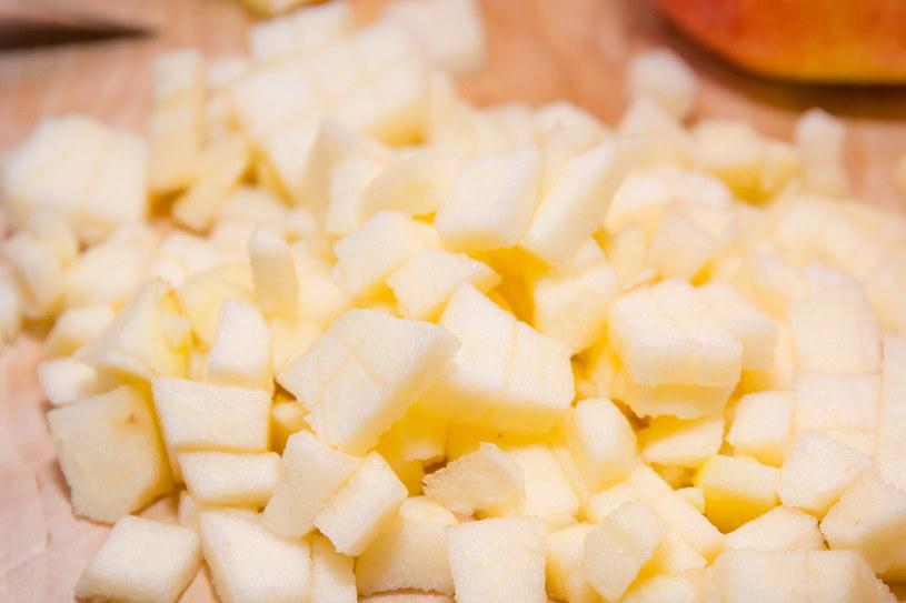 Przy chorobach układu pokarmowego lepiej zrezygnować z jedzenia skórki jabłka /123RF/PICSEL