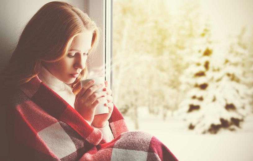 Przy grypie mamy do czynienia z objawami ogólnoustrojowymi: bólami mięśni, stawów, ogólnym rozbiciem, wysoką gorączką, kaszlem /123RF/PICSEL