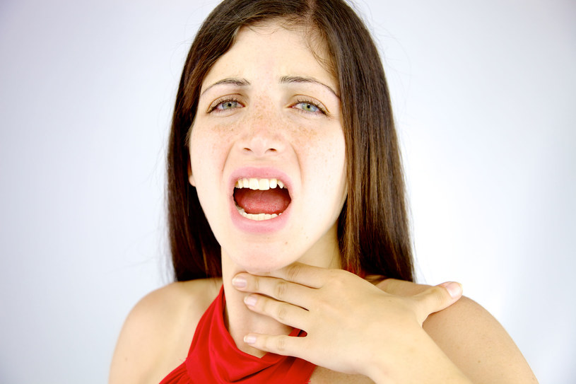 Przy infekcji górnych dróg oddechowych często powodem chrypki jest nagromadzenie śluzu na strunach głosowych /123RF/PICSEL