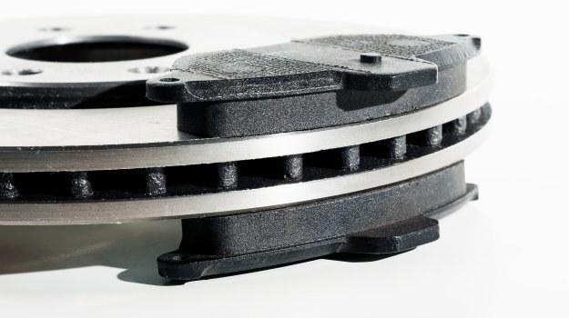 Przy każdym kole znajdują się dwa klocki hamulcowe. W czujnik wyposażony jest tylko jeden. /Motor
