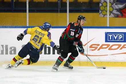 Przy krążku Adrian Parzyszek, fot: Tadeusz Bącal /INTERIA.PL