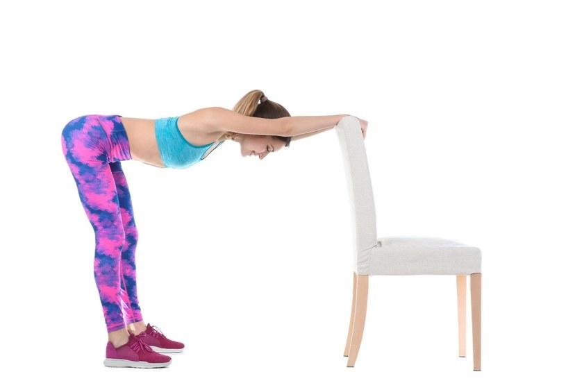 Przy krześle można wykonać wiele ćwiczeń /123RF/PICSEL