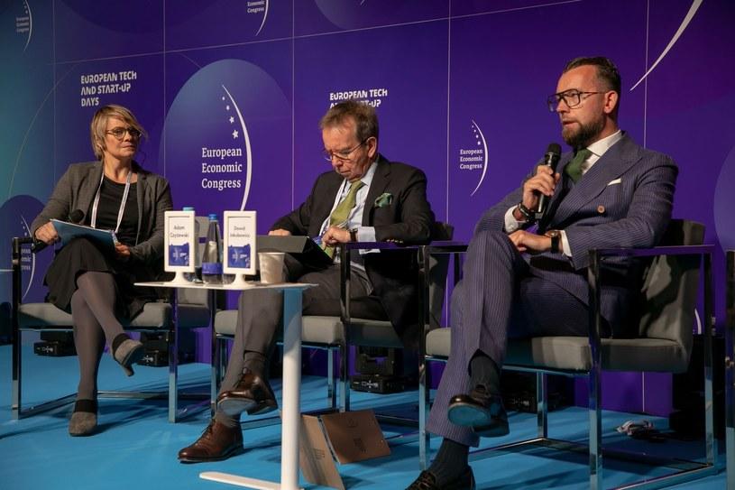 Przy mikrofonie Dawid Jakubowicz, prezes Ciechu, w środku: Adam Czyżewski, główny ekonomista PKN Orlen /Fot. Ireneusz Rek /INTERIA.PL