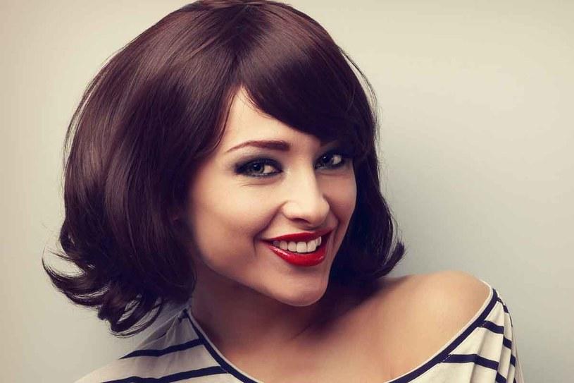 Przy modelowaniu włosów, spryskaj je preparatem dodającym objętości. /123RF/PICSEL