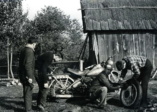 Przy motocyklu (kucnięty) Waldemar Nowakowski, były Powstaniec Warszawski, który w drugiej połowie lat 50 organizował drużyny harcerskie na Saskiej Kępie (archiwum Wojciecha Echilczuka) /INTERIA.PL