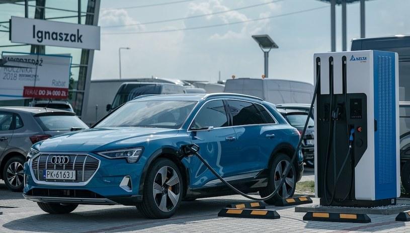 Przy niektórych salonach Grupy Volkswagena już działają ładowarki /