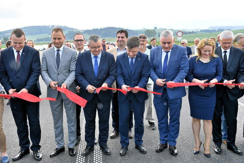 Przy oddaniu zainicjowanej przez PO inwestycji ogrzali się członkowie PiS /Jan Karwowski /PAP