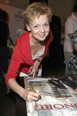 Przy pierwszym sezonie serialu Ewa Wencel pracowała pod pseudonimem /  /AKPA