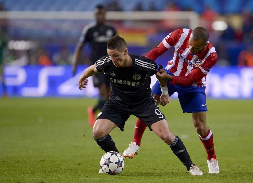 Przy piłce Fernando Torres (Chelsea). Obok Miranda z Atletico Madryt /AFP