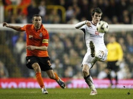 Przy piłce Gareth Bale (z prawej) , obok obrońca Szachatara - Darijo Srna. /AFP