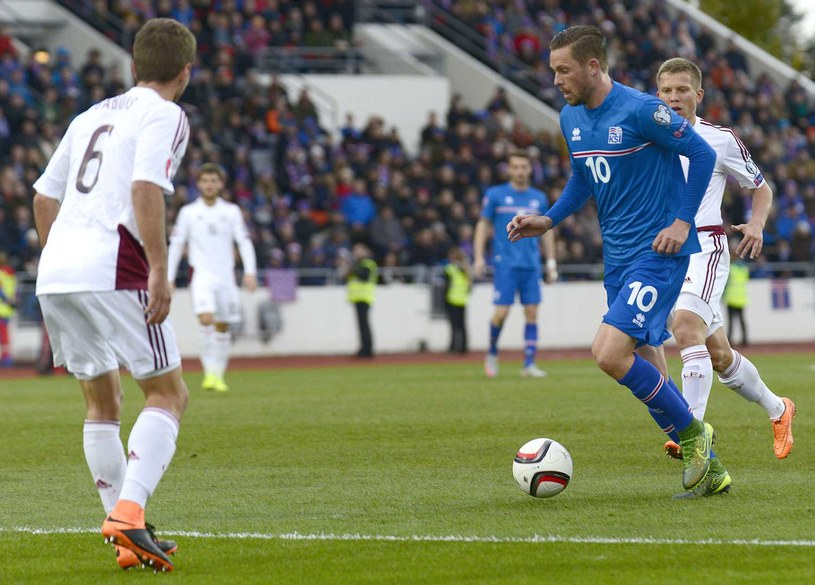 Przy piłce Gylfi Sigurdsson - gwiazda reprezentacji Islandii /AFP