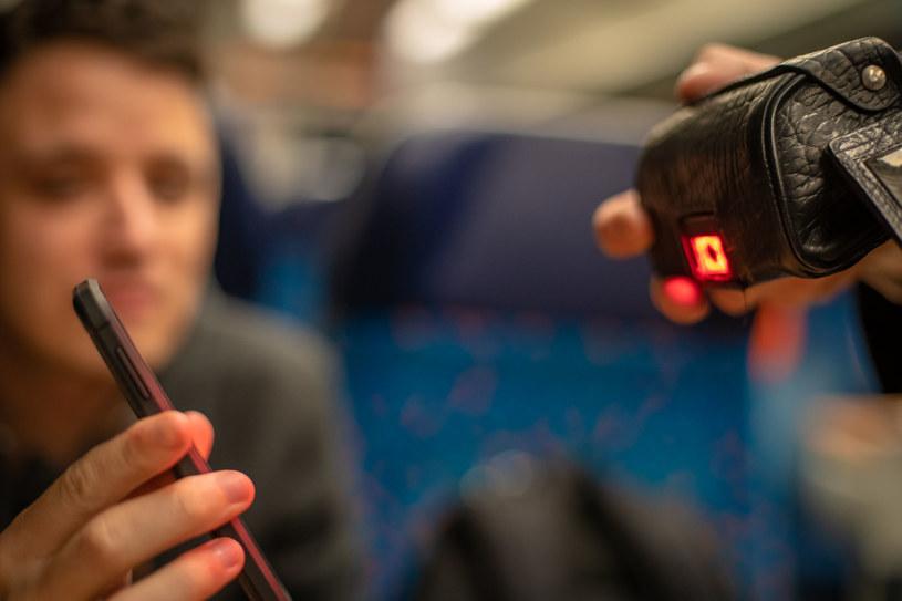 Przy pomocy aplikacji mLegitymacja potwierdzimy uprawnienie do ulgi na bilet kolejowy /123RF/PICSEL