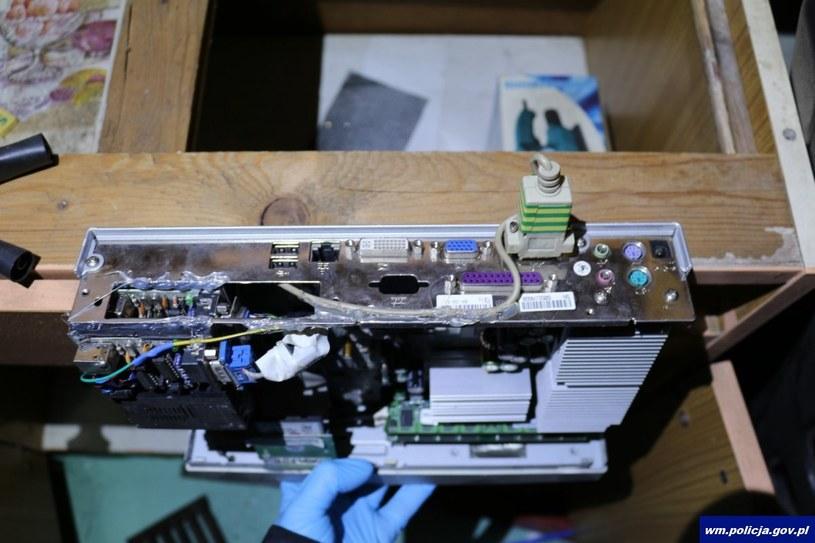 Przy pomocy takiego sprzętu udawało się kraść i rozpowszechniać sygnał. Materiały operacyjne policji. /materiały prasowe