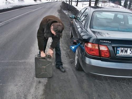 Przy ruchu prawostronnym z powodu wlewu paliwa z lewej strony przy tankowaniu z kanistra stoi się na jezdni. /Motor