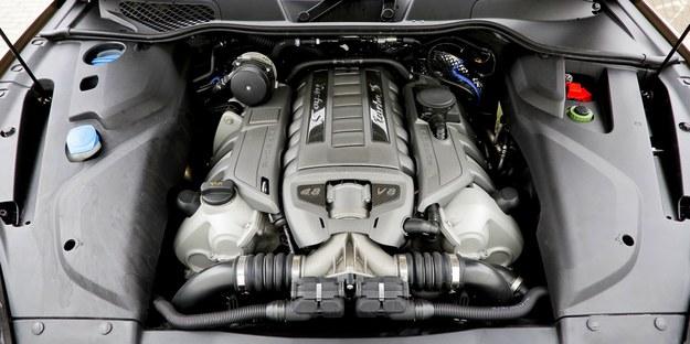 Przy spokojnej jeździe silnik zużywa 10-17 l/100 km, przy dynamicznej - nawet dwa razy więcej. /Motor