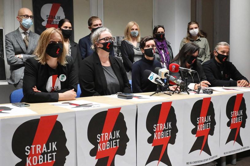 Przy stole: liderki i ekspreci Ogólnopolskiego Strajku Kobiet Klementyna Suchanow (3P), Marta Lempart (2L), Agnieszka Czerederecka (2P), Robert Hojda (P) oraz Bożena Przyłuska (L) podczas konferencji prasowej po posiedzeniu Rady Konsultacyjnej powołanej przez Ogólnopolski Strajk Kobiet