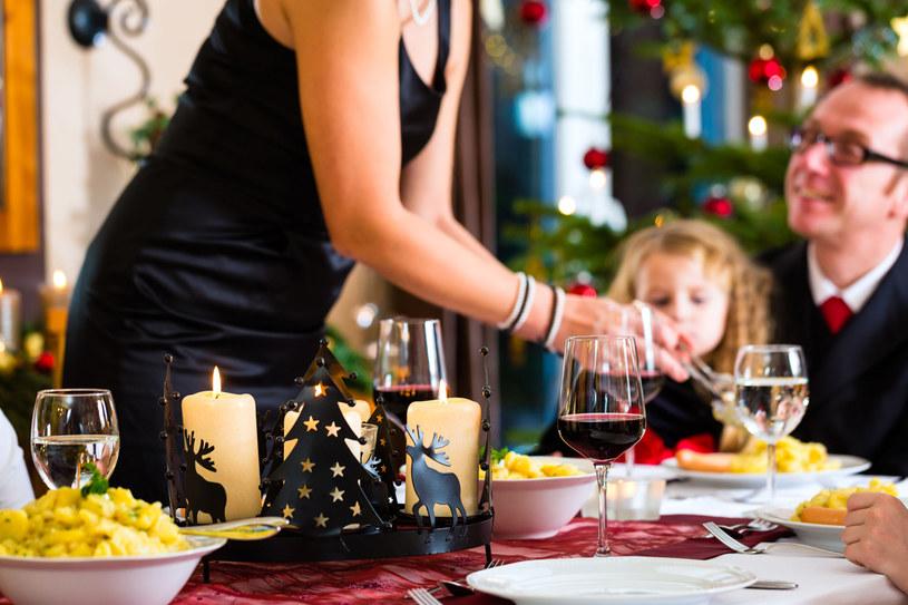 Przy suto zastawionym stole nie trudno o brak kontroli. Jak złagodzić objawy przeciążenia wątroby? /123RF/PICSEL