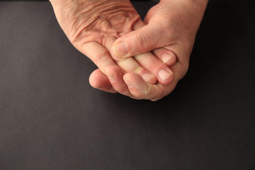 Przy tej dolegliwości trudno jest zgiąć czwarty i piąty palec. /123RF/PICSEL