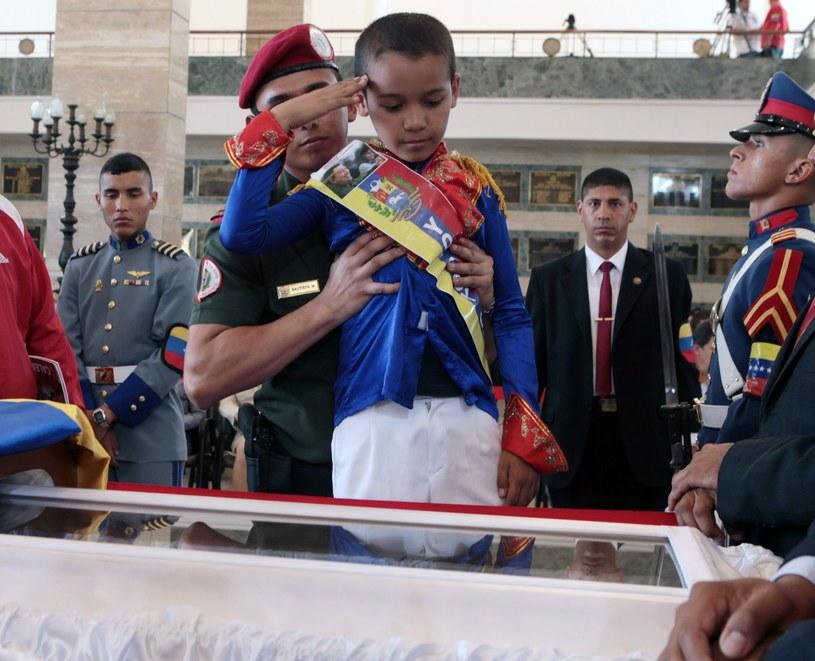 Przy trumnie Hugo Chaveza w Akademii Wojskowej w Caracas /AFP