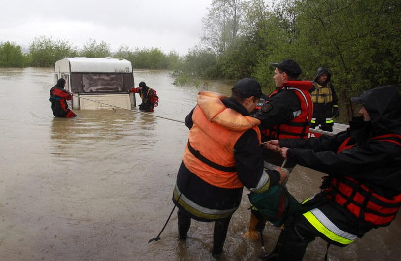 Przy umacnianiu i monitorowaniu nadwiślańskich wałów pracuje około 400 strażaków /Grzegorz Momot /PAP
