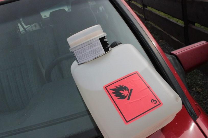 Przy usuwaniu zabrudzeń z karoserii można posiłkować się: alkoholem (izopropanol), acetonem lub - w ostateczności - benzyną ekstrakcyjną. /INTERIA.PL