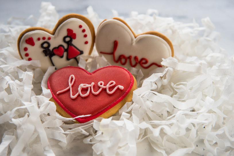 """Przy użyciu cukrowych pisaków możesz na polukrowanych serduszkach napisać """"kocham cię"""" w dowolnym języku /123RF/PICSEL"""