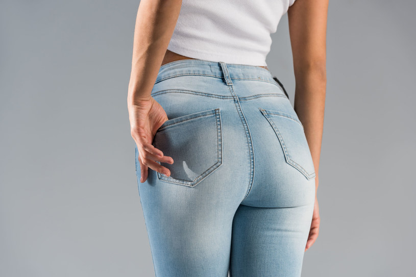 Przy wyborze jeansów kierujmy się proporcjami sylwetki /123RF/PICSEL