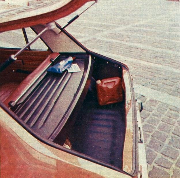 Przy złożonej półce dostęp do bagażnika jest utrudniony. Szkoda, że półka nie podnosi się przy otwieraniu klapy tak, jak ma to miejsce w wielu nowszych wozach europejskich. /Motor