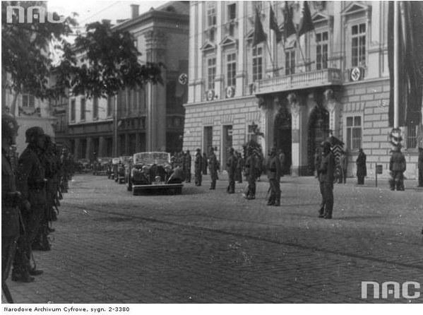 Przybycie Josepha Goebbelsa do Krakowa z okazji pierwszej rocznicy wybuchu wojny. Widoczna kolumna samochodów na pl. Adolfa Hitlera przed Pałacem pod Baranami /Z archiwum Narodowego Archiwum Cyfrowego