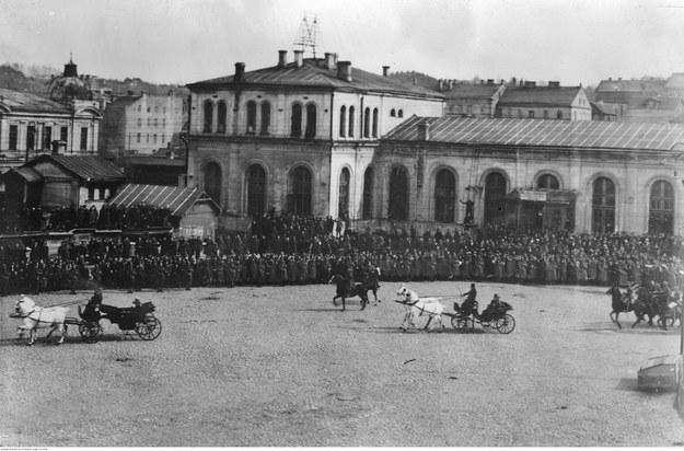 Przybycie Naczelnika Państwa Józefa Piłsudskiego do Wilna. Powitanie na dworcu kolejowym /Z archiwum Narodowego Archiwum Cyfrowego