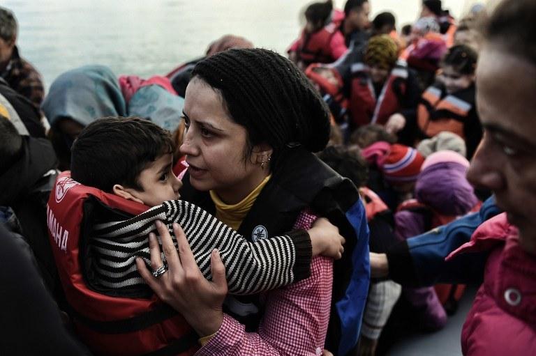 Przybyli z Turcji uchodźcy na wyspie Lesbos; zdj. ilustracyjne /ARIS MESSINIS / AFP /AFP