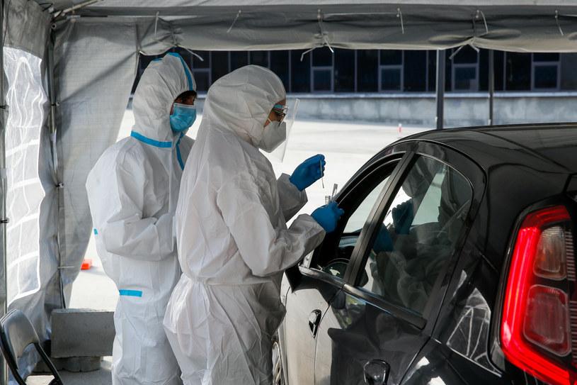 Przybywający do Polski na Święta powinni wykonać test na koronawirusa. /Tomasz Kawka/East News /East News