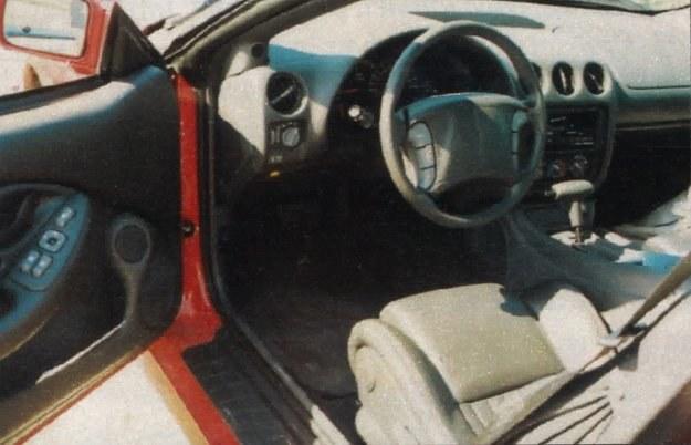 Przyciski umieszczone w kole kierownicy ułatwiają życie prowadzącemu, a 2 poduszki gazowe chronią pasażerów w przypadku, gdy kierowca za silnie przyciska pedał gazu i za późno pedał hamulca. /Motor