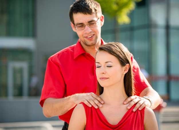 Przyczyn bólu kręgosłupa może być wiele /123RF/PICSEL