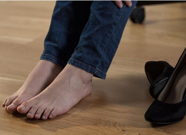 Przyczyn spuchniętych nóg jest sporo... /123RF/PICSEL
