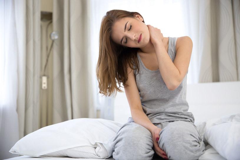 Przyczyną bolącej szyi może być naciągnięty mięsień /123RF/PICSEL