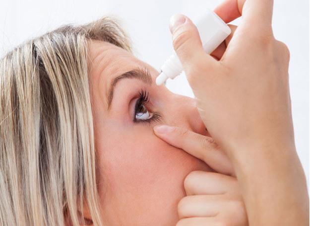 Przyczyną może być alergia, dostanie się do oka ciała obcego /123RF/PICSEL