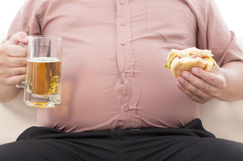 Przyczyną nadwagi i otyłości jest np. nieodpowiednia dieta /123RF/PICSEL