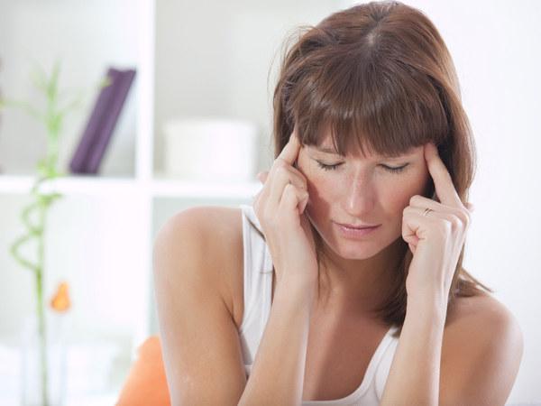Przyczyną nawracających migren miesiączkowych jest spadek poziomu estrogenów  /© Panthermedia