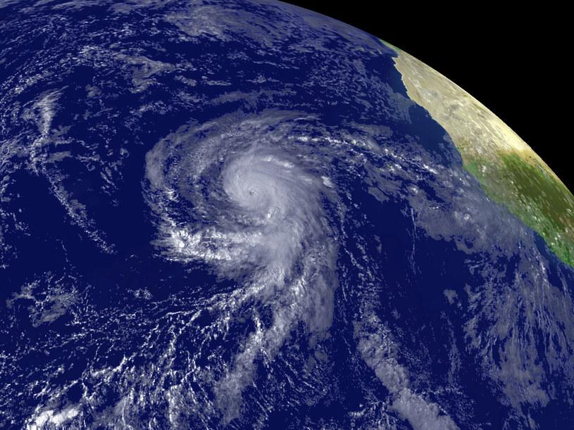 Przyczyną ponad połowy ekstremalnych zjawisk pogodowych na wybrzeżach, w tym huraganowych wiatrów z obfitymi opadami, mogą być rzeki atmosferyczne /AFP